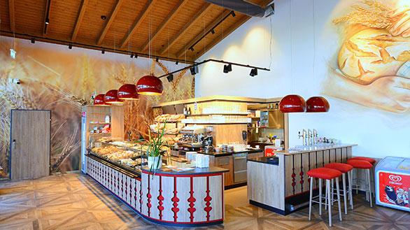 Die frische Theke von der Bäckerei Moritz mit vielen Backprodukten.
