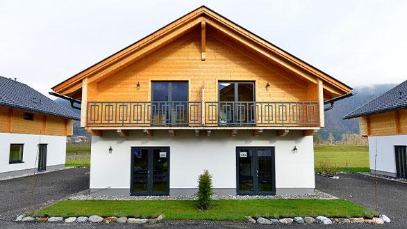 Ferienhaus von Holzbau Hubmann in Rattendorf mit einem hellen Holzdach.