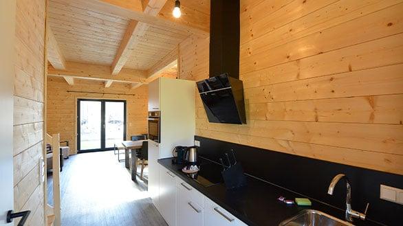 Ferienhaus von Holzbau Hubmann in Rattendorf mit Küche inklusive Dunstabzug und Kühlschrank.