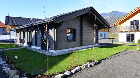 Ferienhaus von Holzbau Hubmann in Rattendorf mit einer schönen dunklen Holzfassade.